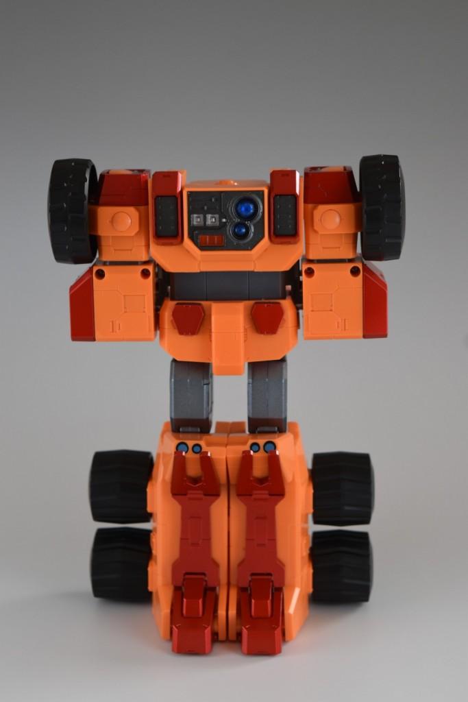 両腕をタンク形態のポジションに戻し、両足をジョイントで揃えます。